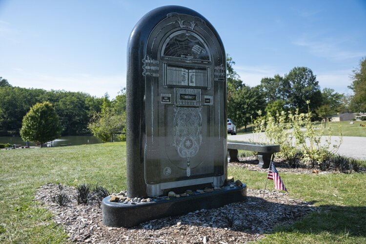 Alan Freed jukebox headstone at Lake View Cemetery.