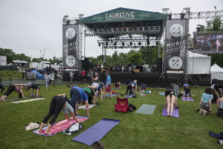 LaureLive Sunday morning Yoga with Magic Giant